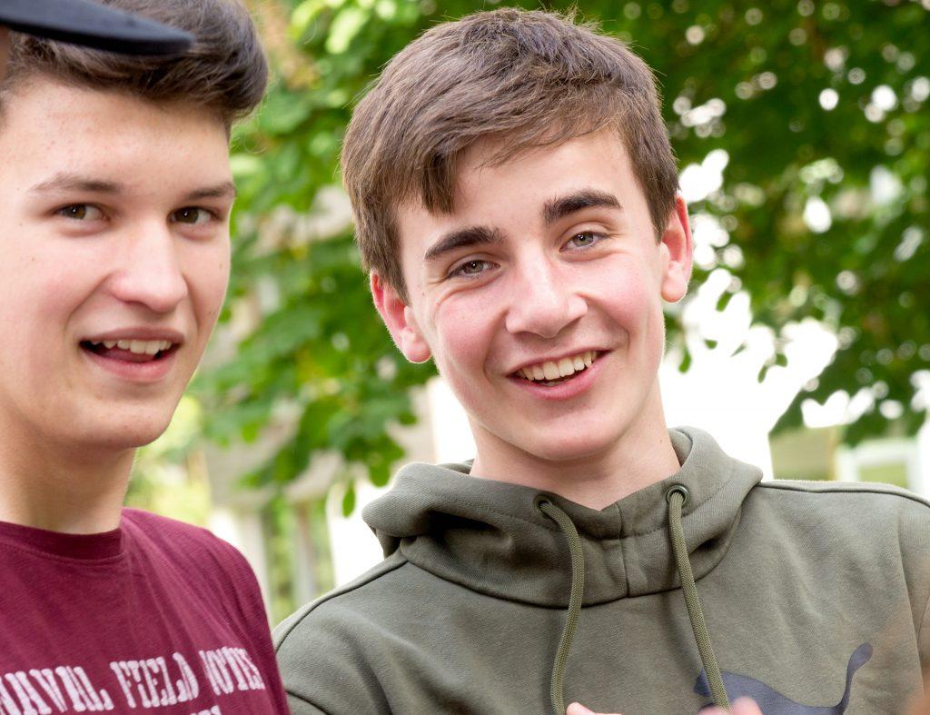 Zwei Schüler im Grünen