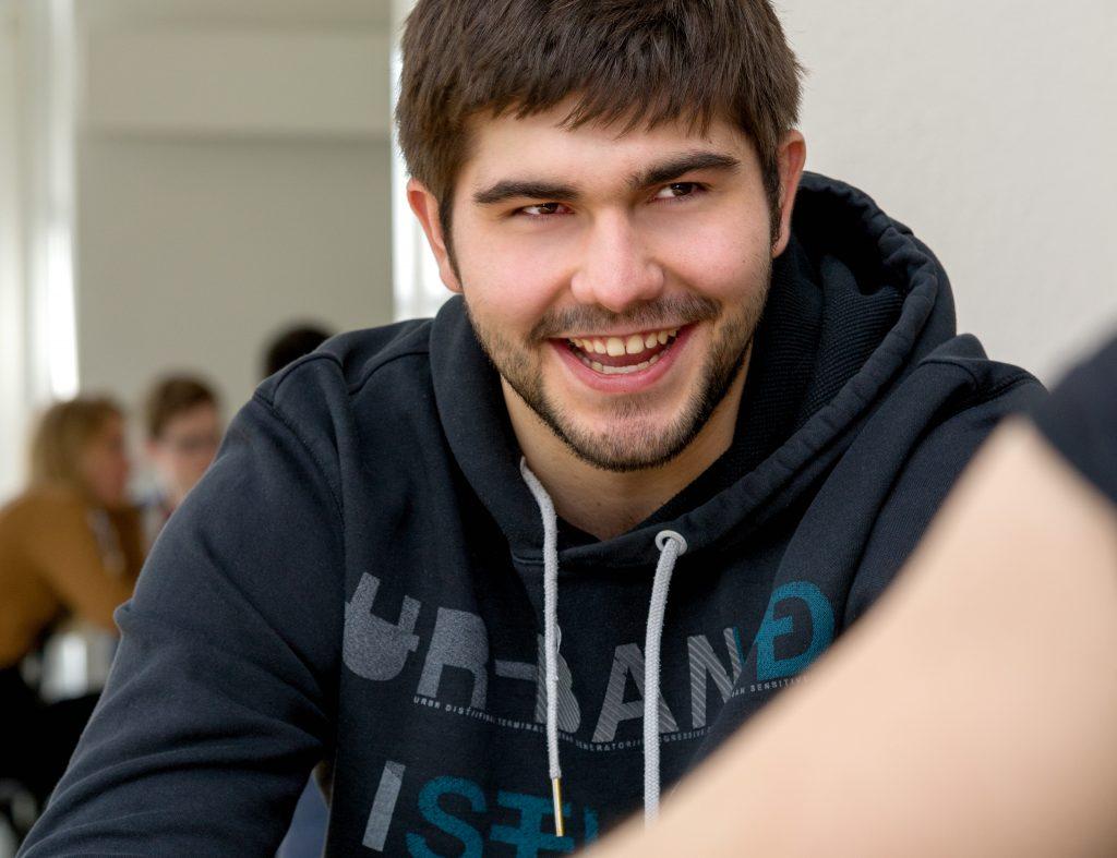 lächelnder Schüler