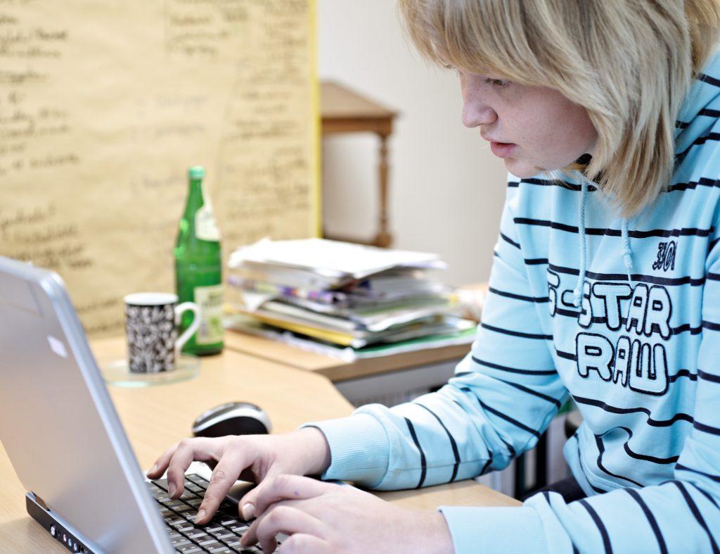 Schülerin arbeitet am Laptop